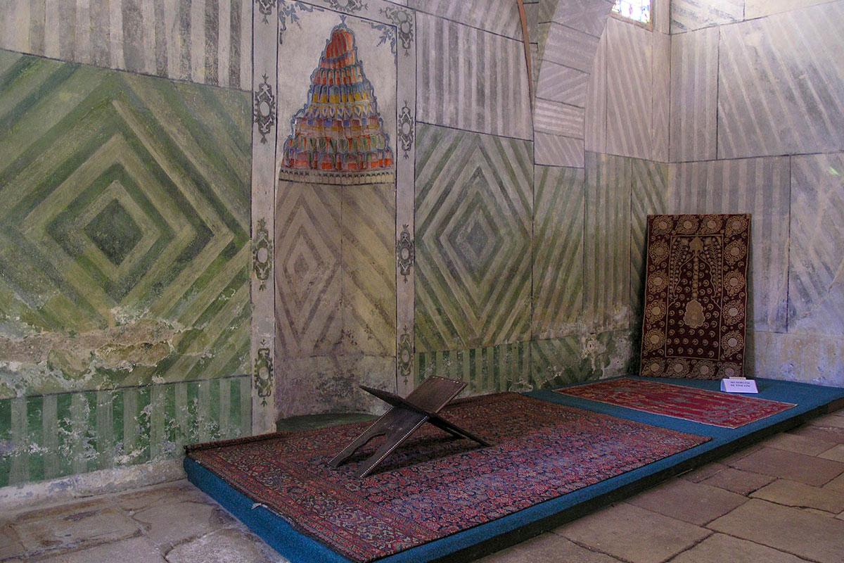 Кроме Большой, Ханский дворец имеет и Малую ханскую мечеть, используемую властителем, его семейством и приближенными, она сохранила древние черты.