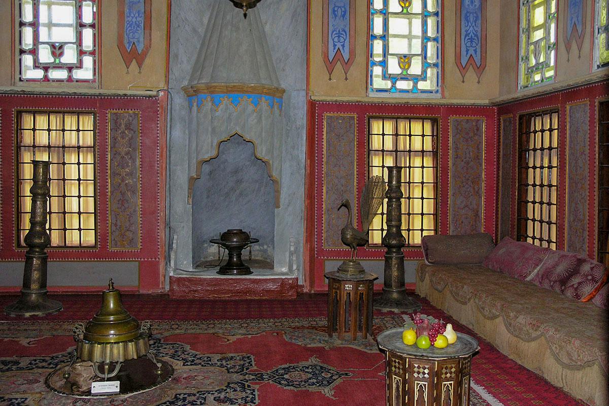 Гостиная в Гареме, запретном помещении Ханского дворца, оборудована камином с вытяжкой для разжигаемой бронзовой жаровни, здесь много других бронзовых сосудов.