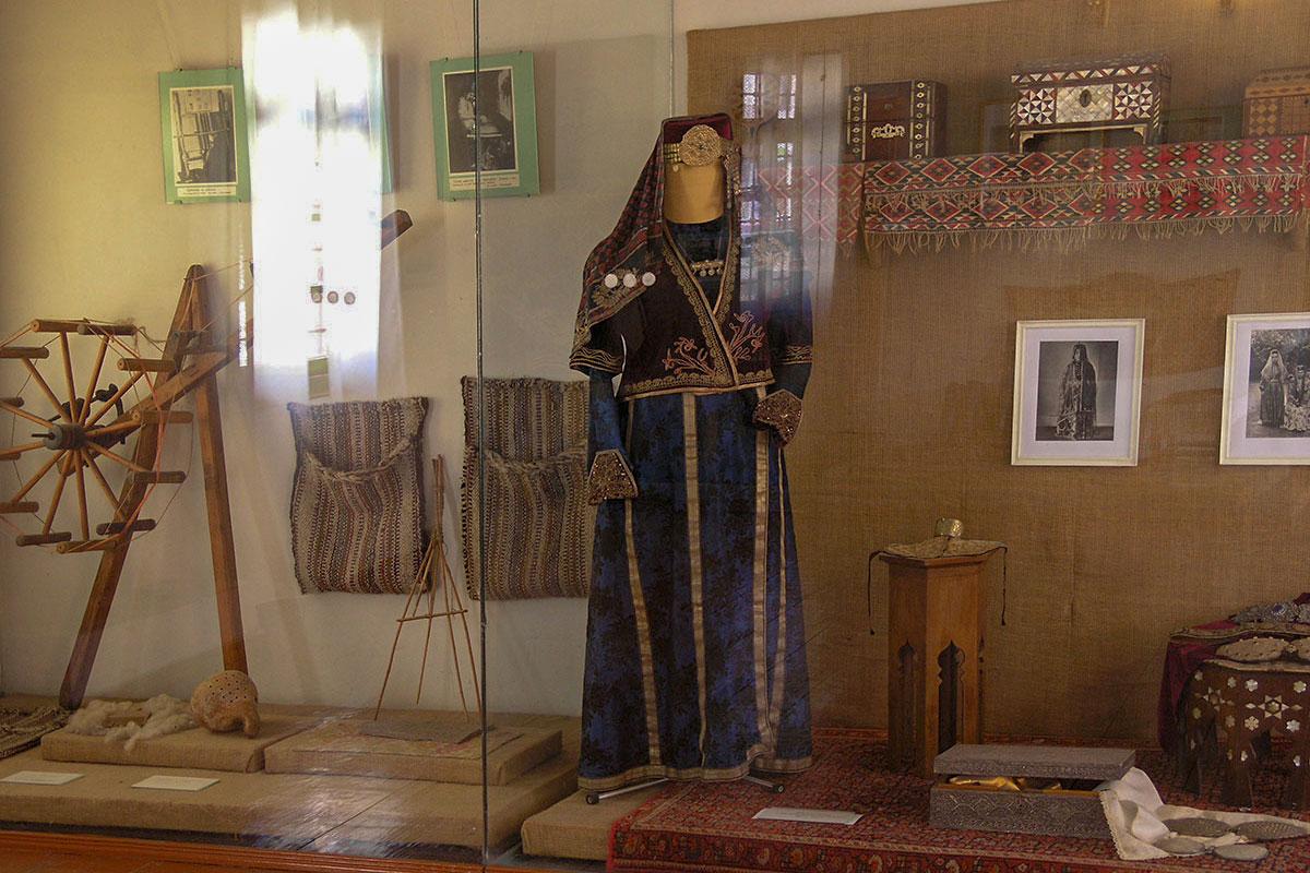 Часть экспозиции Гарема в Ханском дворце напоминает музей этнографической направленности, представляя старинную одежду, утварь и приспособления.