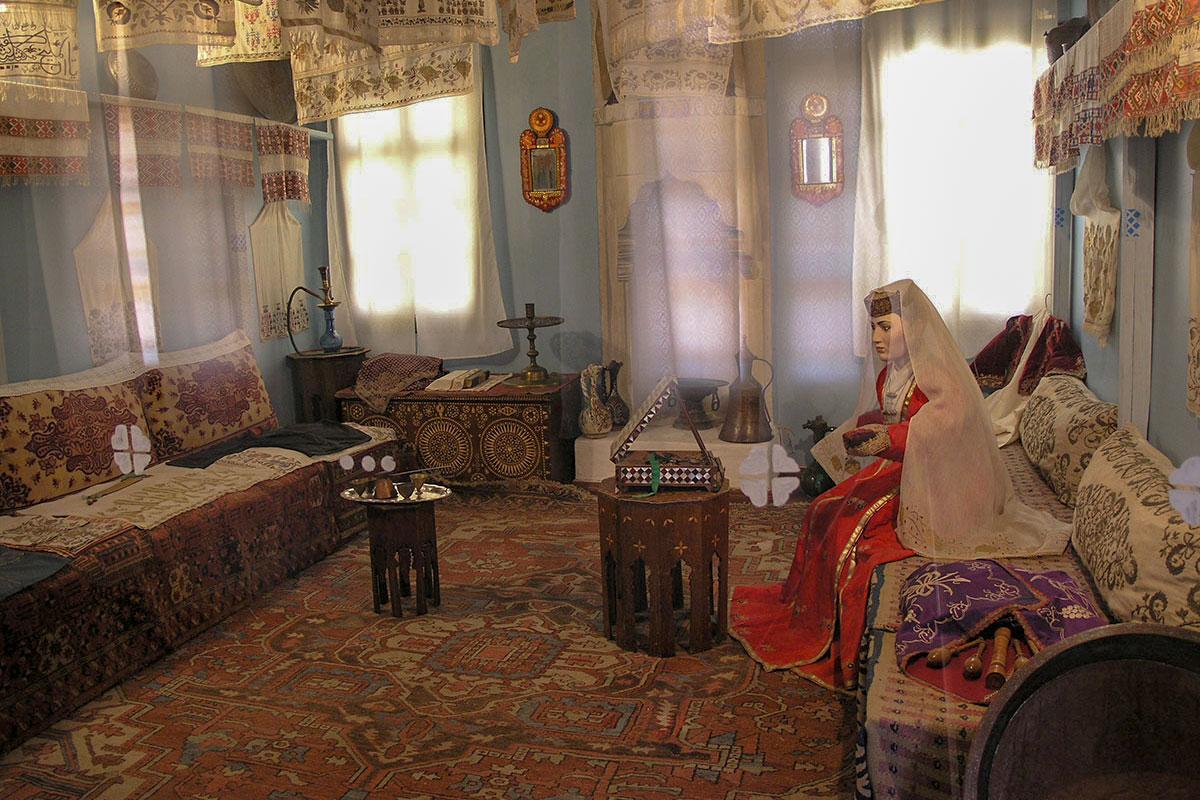 Наиболее красочно оформленным помещением Жилого корпуса Ханского дворца является комната невесты, представленной грустным манекеном.