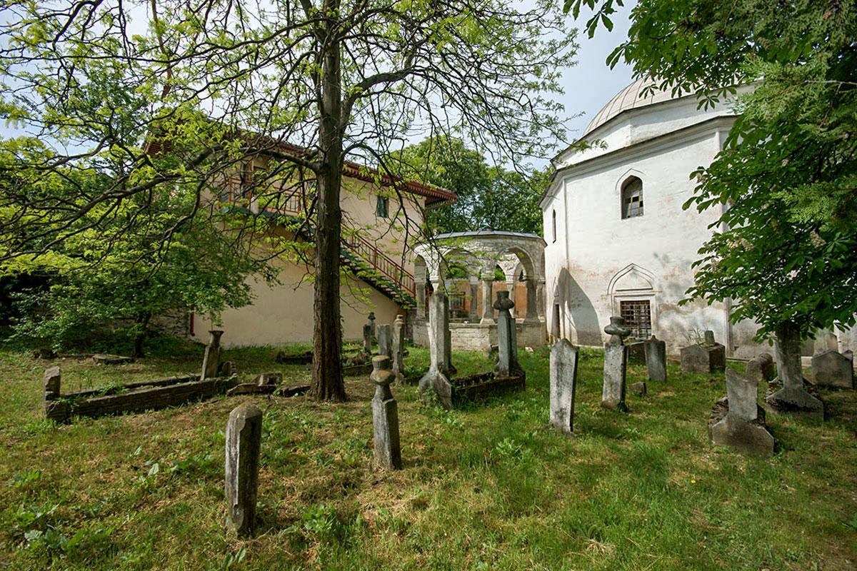 Восточная часть территории Большой мечети Ханского дворца занята старинным кладбищем крымских правителей, их родственников и приближенных.