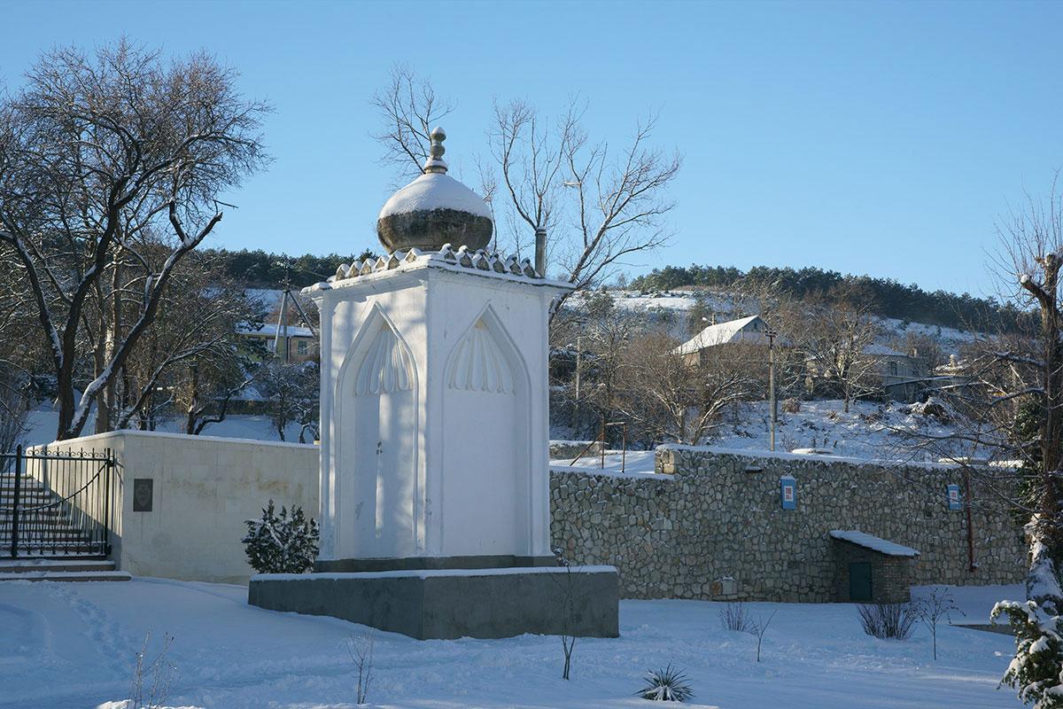 Южную часть территории Ханского дворца украшает фонтан в честь визита одного из российских императоров перед воротами мемориального кладбища освободителей.