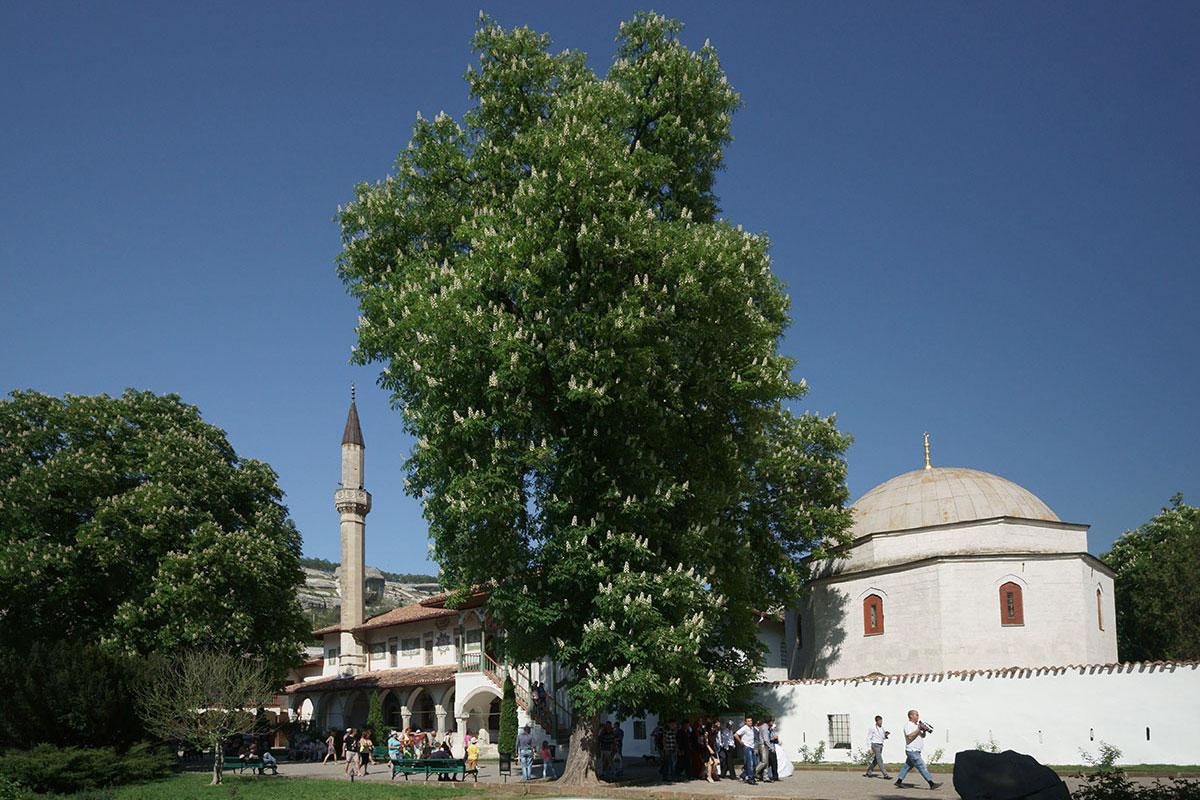 Большая ханская мечеть – одно из самых заметных строений на территории Ханского дворца, она действующая, есть вход для прихожан прямо с улицы.
