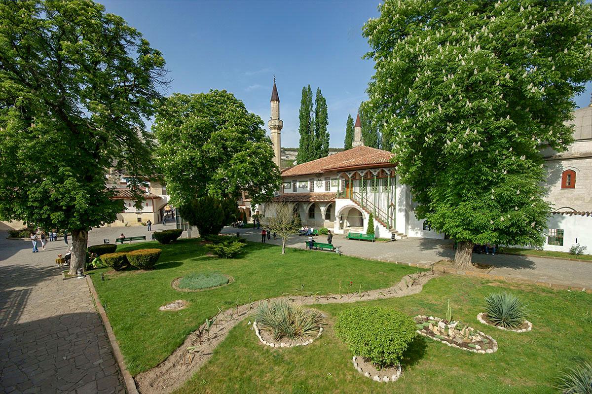 Живописный центральный газон, украшающий Ханский дворец, устроен по другим канонам, нежели европейские садово-парковые ансамбли.
