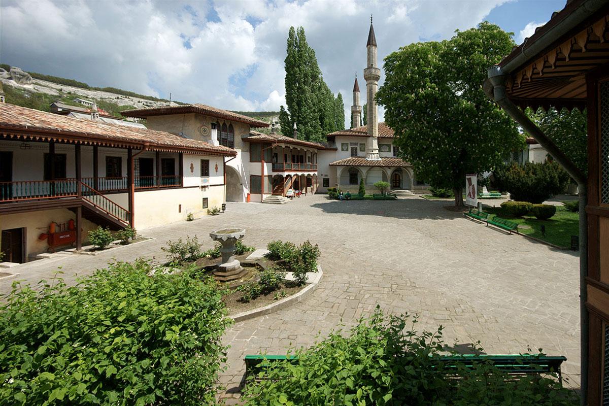 Мощеная природным камнем территория Ханского дворца вмещает, кроме Большой мечети, несколько самостоятельных корпусов различного назначения.