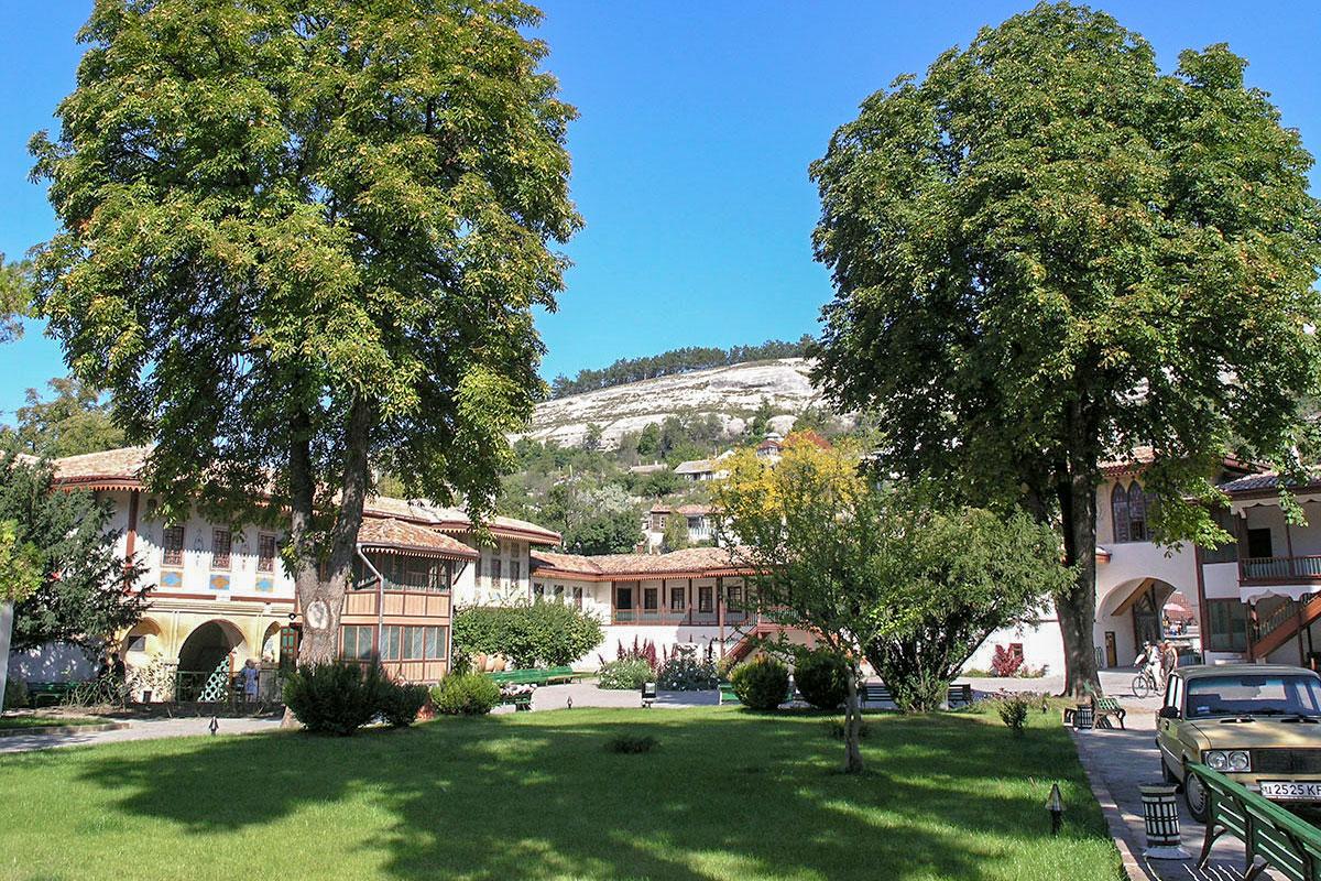 Зеленый центральный газон Ханского дворца особенно украшают мощные взрослые деревья, выросшие после пожара, устроенного фельдмаршалом Минихом.