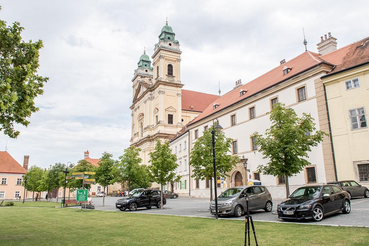 Католический костел вознесения Девы Марии с севера замыкает центральную площадь городка Валтице, названного в честь княжеского замка.