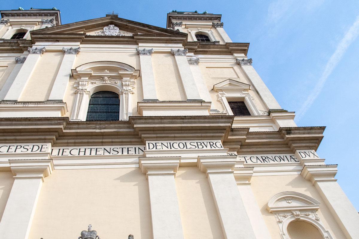 Лихтенштейны, оспаривающие у Чехии права на замки Валтице и Леднице, не претендуют на костел вознесения Девы Марии, как церковную собственность.