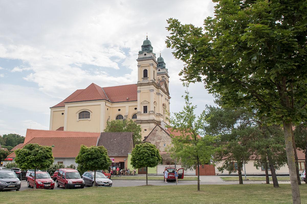 Последняя фотография костела Девы Марии выполнена от дорожной развязки возле автомобильной трассы на город Бржецлав.