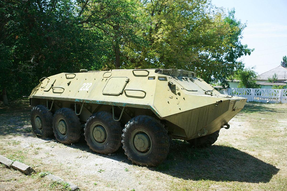 Обширный двор, окружающий краеведческий музей поселка Советское, позволил разместить боевую машину времен Великой Отечественной войны.