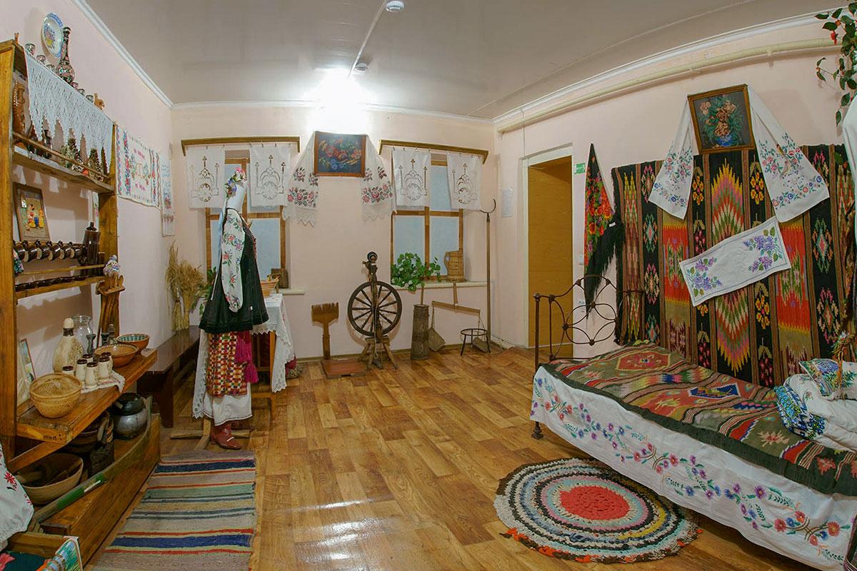 Во времена принадлежности Крыма Украине краеведческий музей поселка Советское оформил экспозицию традиционного быта украинцев старых лет.