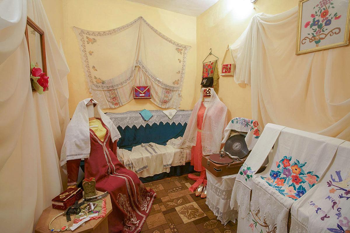 Женская комната в крымско-татарской части экспозиции краеведческого музея поселка Советский немного похожа на комнату невесты в Ханском дворце Бахчисарая.