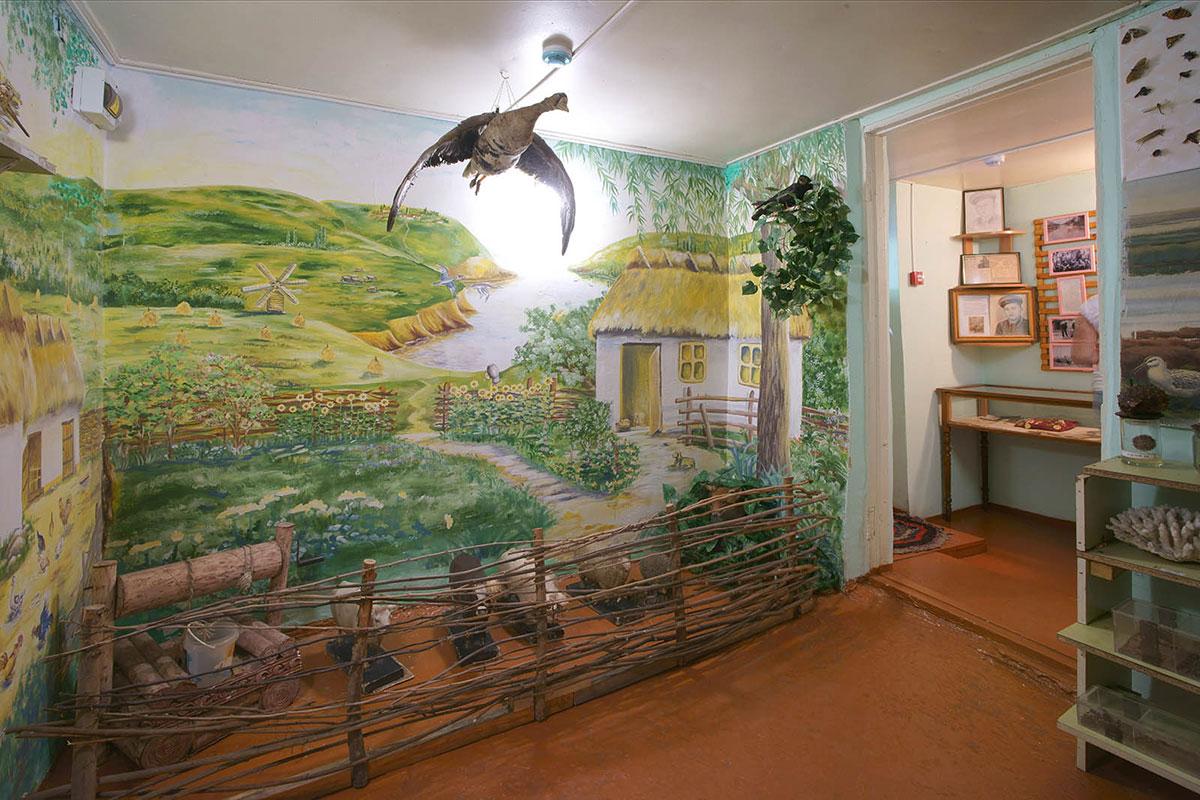 Настенный рисунок природного ландшафта, дополненный объемными экспонатами, позволяет краеведческому музею поселка Советское показать природу края.