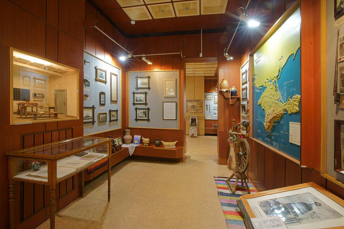 Ниша с первой классной комнатой местной школы, объемная карта Крымского полуострова, - самые заметные экспонаты краеведческого музея поселка Советское.