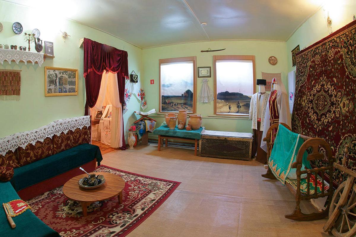 По инициативе вернувшихся в Крым потомков депортированных в 1944 году краеведческий музей поселка Советский создал экспозицию быта крымских татар.
