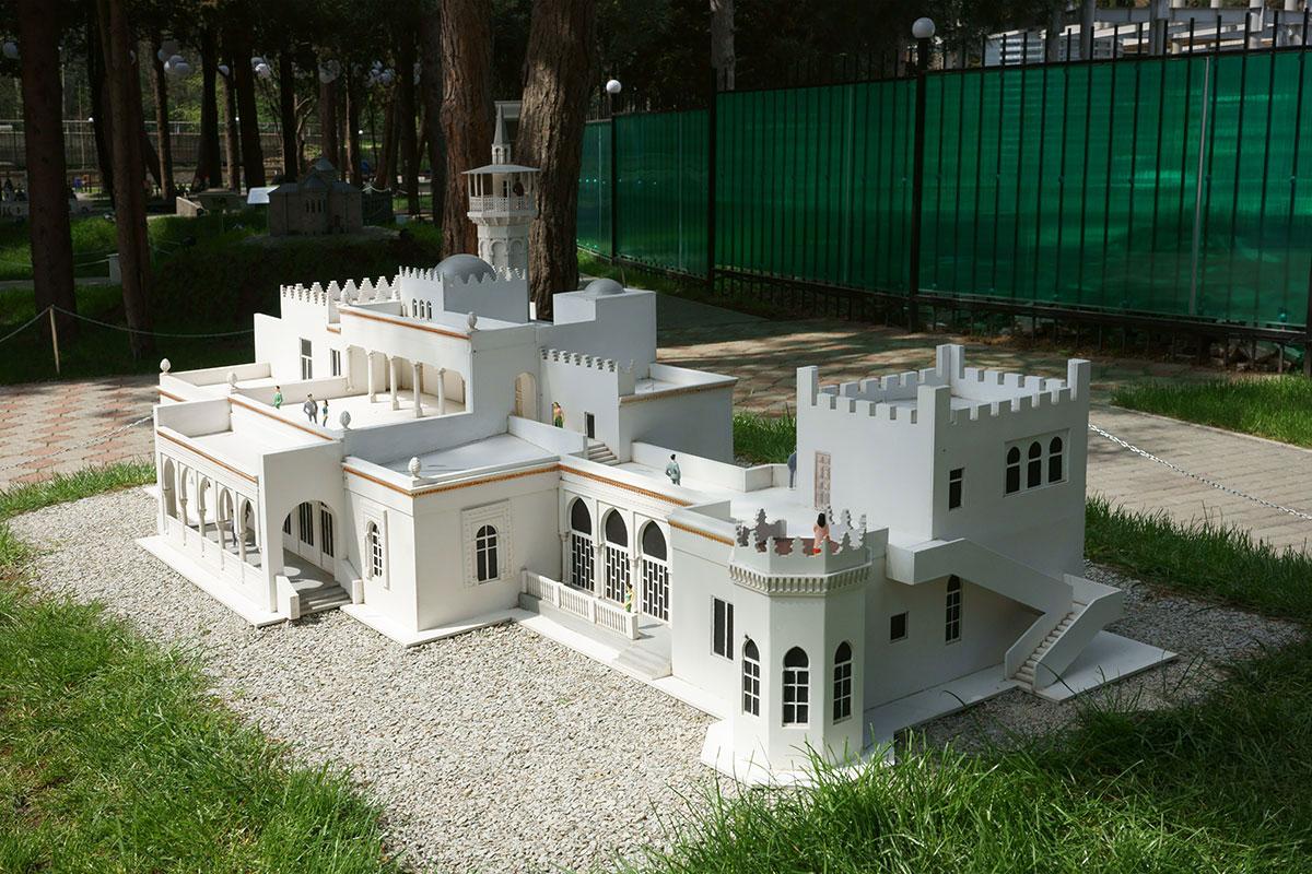 Изящный дворец Кичкине, одно из красивейших зданий в парке Крым в миниатюре в Алуште, его хозяева называли дачей Малютка.