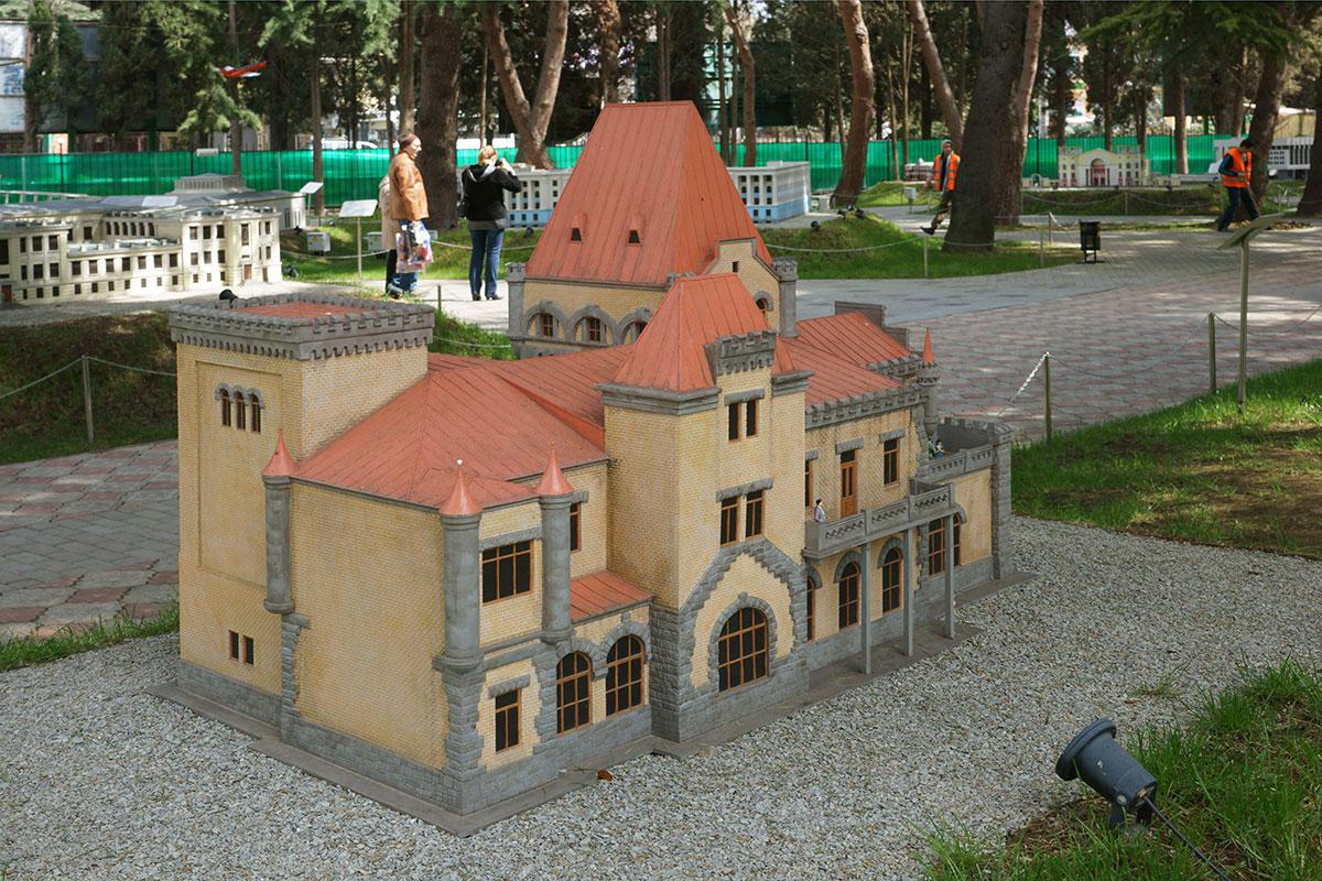 Дворец княгини Гагариной на мысе Плака, относящемся к городскому округу, Крым в миниатюре в Алуште причисляет к собственным достопримечательностям.