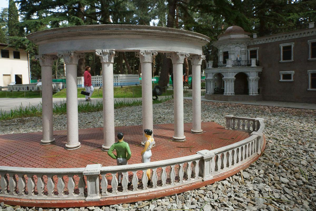 Крым в миниатюре в Алуште не мог обойтись без демонстрации городского народного символа, красочной ротонды на краю набережной.