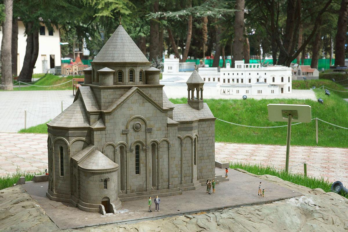 Древняя армянская архитектура в парке Крым в миниатюре в Алуште представлена строгой церковью святой Рипсиме на холме Дарсан в Ялте.