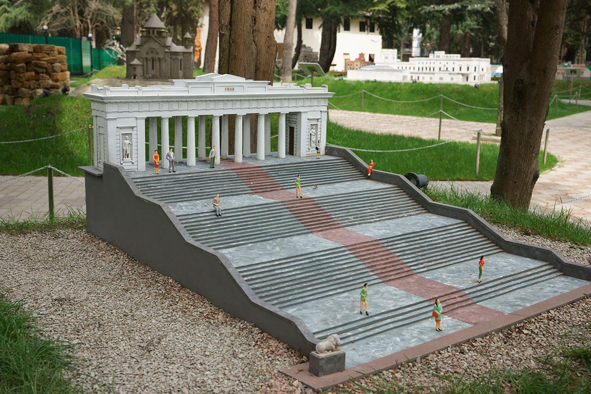Достоверно воспроизведена в парке Крым в миниатюре в Алуште севастопольская Графская пристань, следовало бы воду хотя бы имитировать.