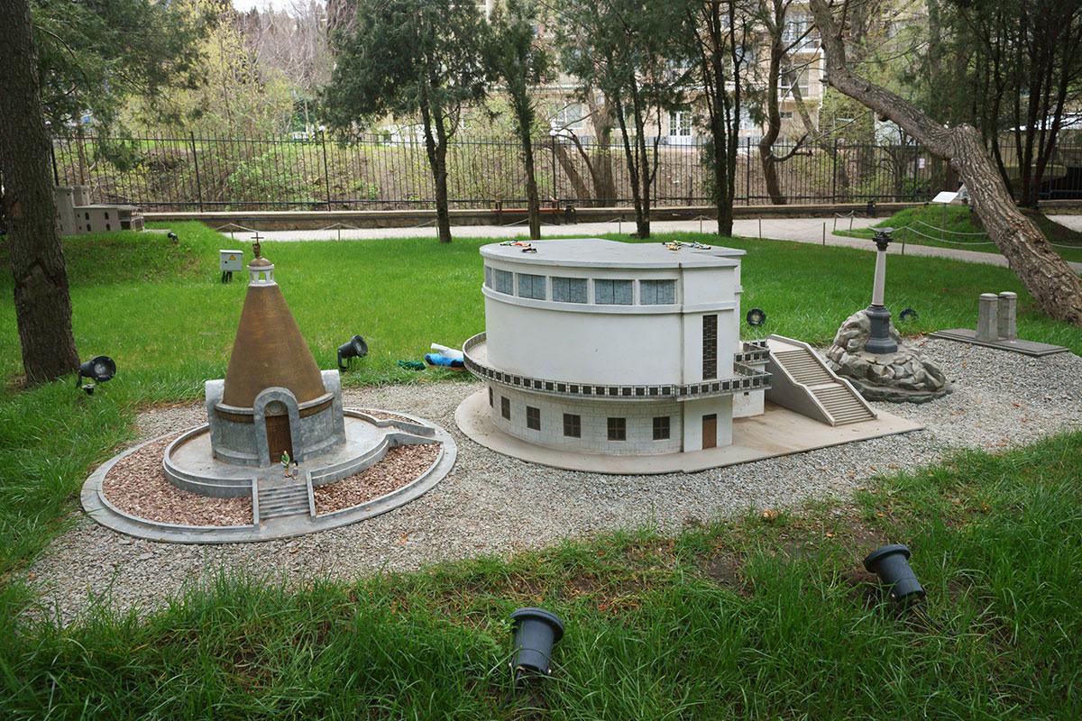 Устроители парка Крым в миниатюре в Алуште выбирали из достопримечательностей города-героя Севастополя наиболее интересные исторически.