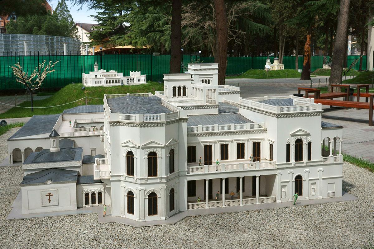 Для полноты представления модели Ливадийского дворца в парке Крым в миниатюре в Алуште показан и восточный фасад этого здания.