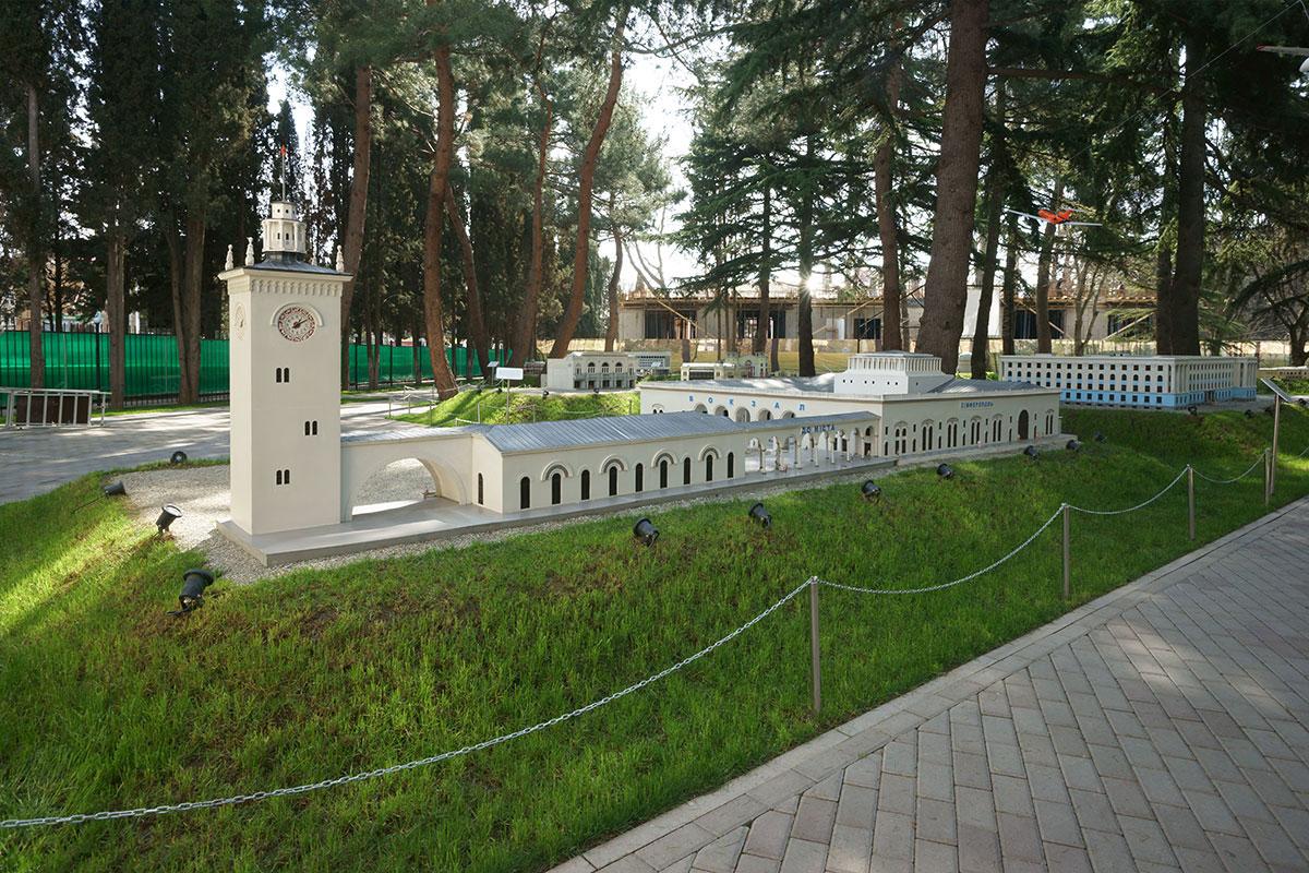 Железнодорожный вокзал Симферополя в парке Крым в миниатюре в Алуште – одна из крупнейших по площади моделей.