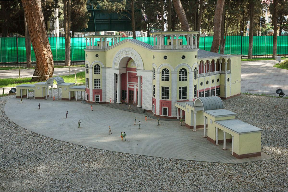 Построенный в середине прошлого века кинотеатр Симферополь характерен для советской архитектуры, Крым в миниатюре в Алуште такими не переполнен.