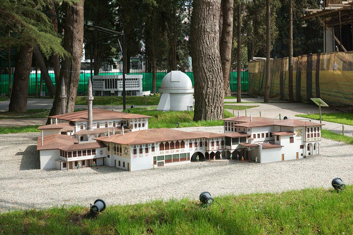 Ханский дворец в Бахчисарае представляет в парке Крым в миниатюре в Алуште период существования Крымского ханства на полуострове.