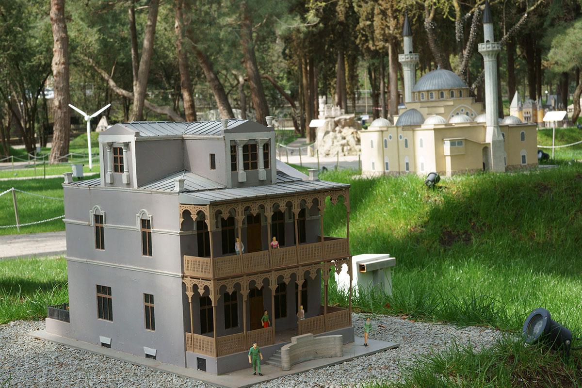 Разнообразно представительство древней Евпатории в парке Крым в миниатюре в Алуште, это дача Альпийская роза и мечеть Джума Джами.