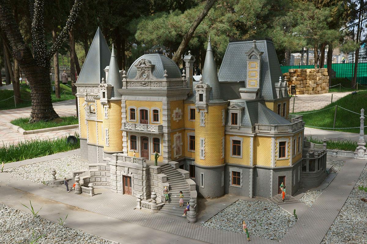 Массандровский дворец в окрестностях Ялты начинает в парке Крым в миниатюре в Алуште галерею зданий династии Романовых.