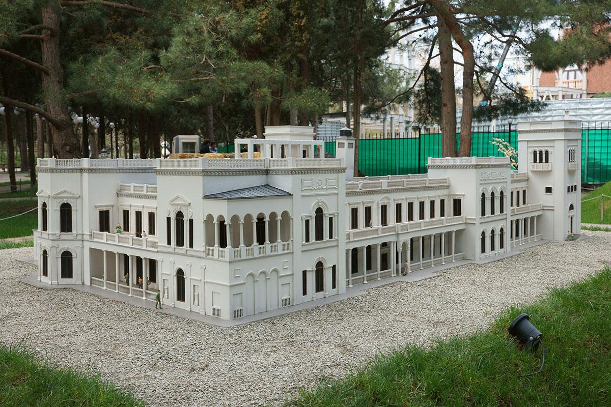 Северный фасад Ливадийского дворца, одного из главных экспонатов парка Крым в миниатюре в Алуште, сейчас в натуре украшен скульптурой участников Ялтинской конференции.