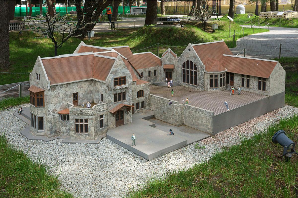 Дворец Харакс в поселке Гаспра под Ялтой продолжает ряд имений Романовых в парке Крым в миниатюре в Алуште.