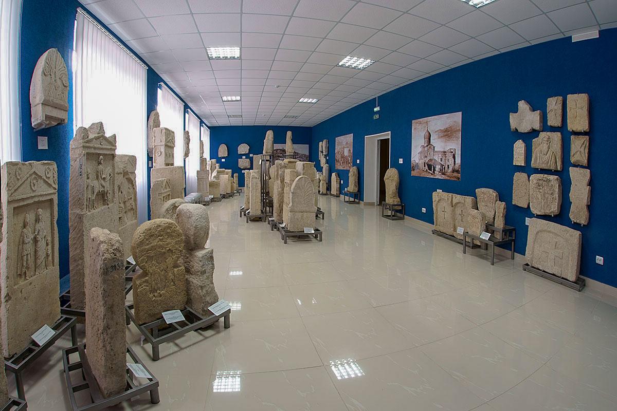 Экспозицию каменных древностей Лапидарий в Керчи сопровождает художественными воссозданиями облика строений и знакомой местности.