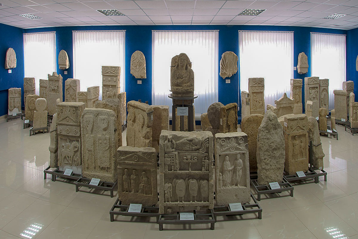 Экспонаты, выставленные в помещениях Лапидария в Керчи, сгруппированы по научно определенному времени их изготовления и установки.