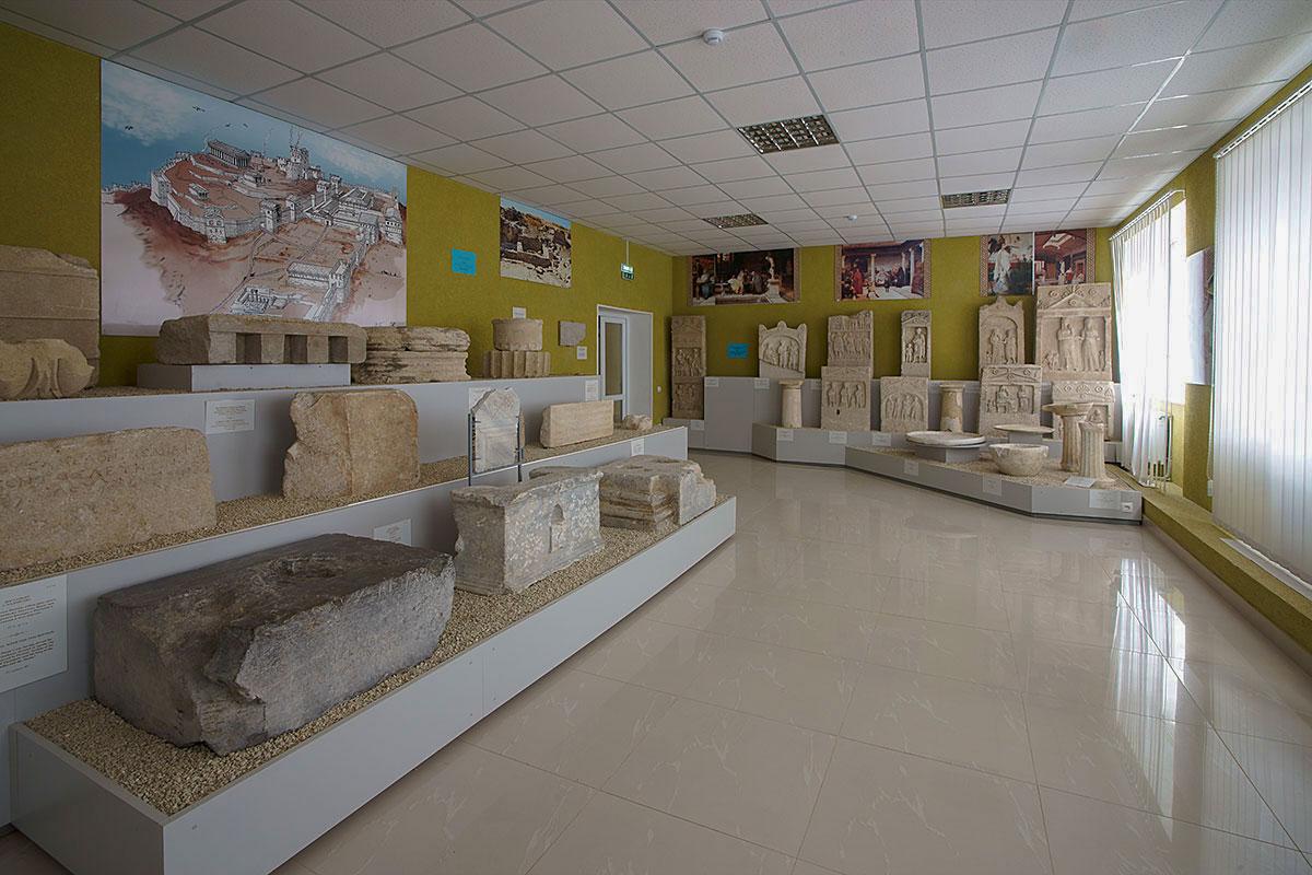 Экспозицию второго зала Лапидарий в Керчи выставляет по-другому, здесь использованы насыпные площадки различного уровня.