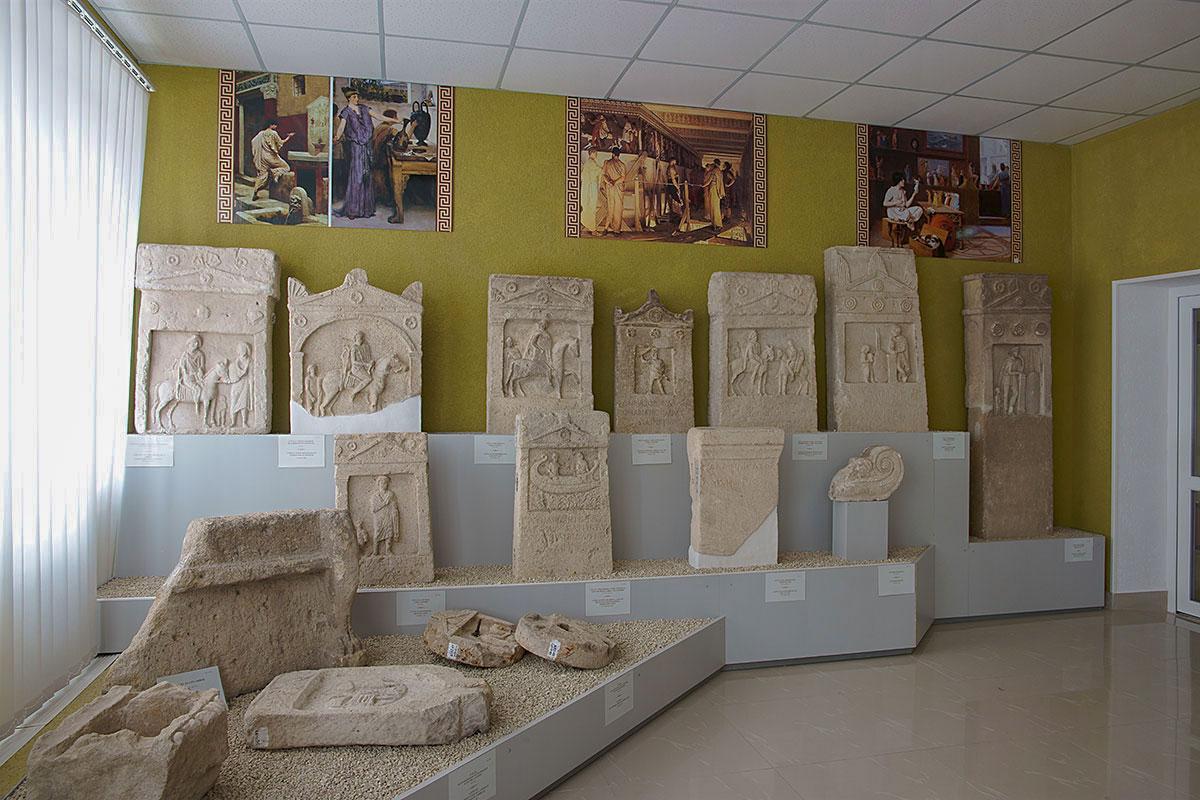 Сочетание живописной интерпретации исторических обстоятельств и их материальных свидетельств привлекает в Лапидарии в Керчи.