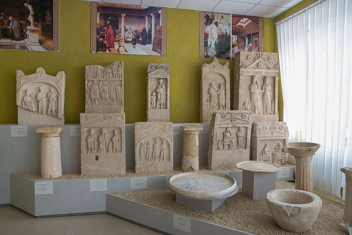 Лапидарий в Керчи показывает на выставочных помостах не только могильные плиты, здесь же архитектурные детали и обиходные предметы.