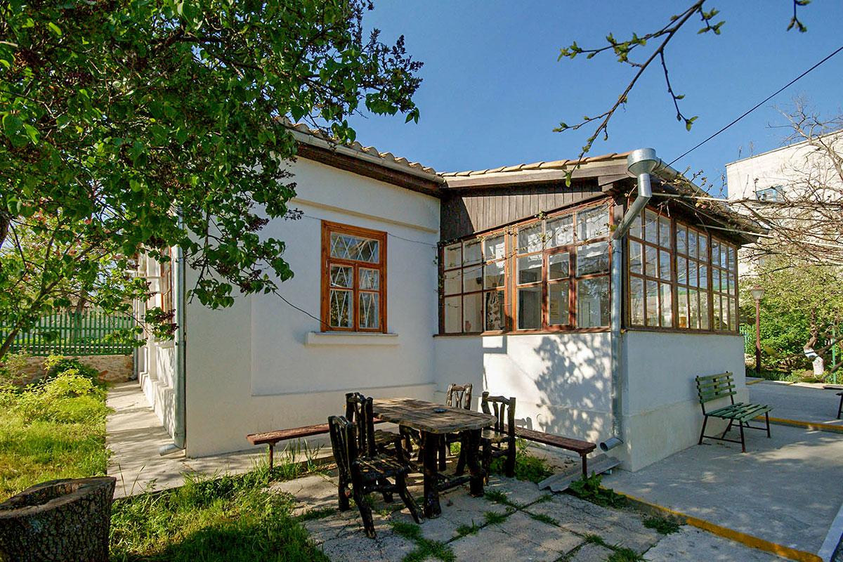 Ничем внешне не приметный, Дом-музей Паустовского в Старом Крыму дополнен просторной верандой, за которой находим диковинную мебель.