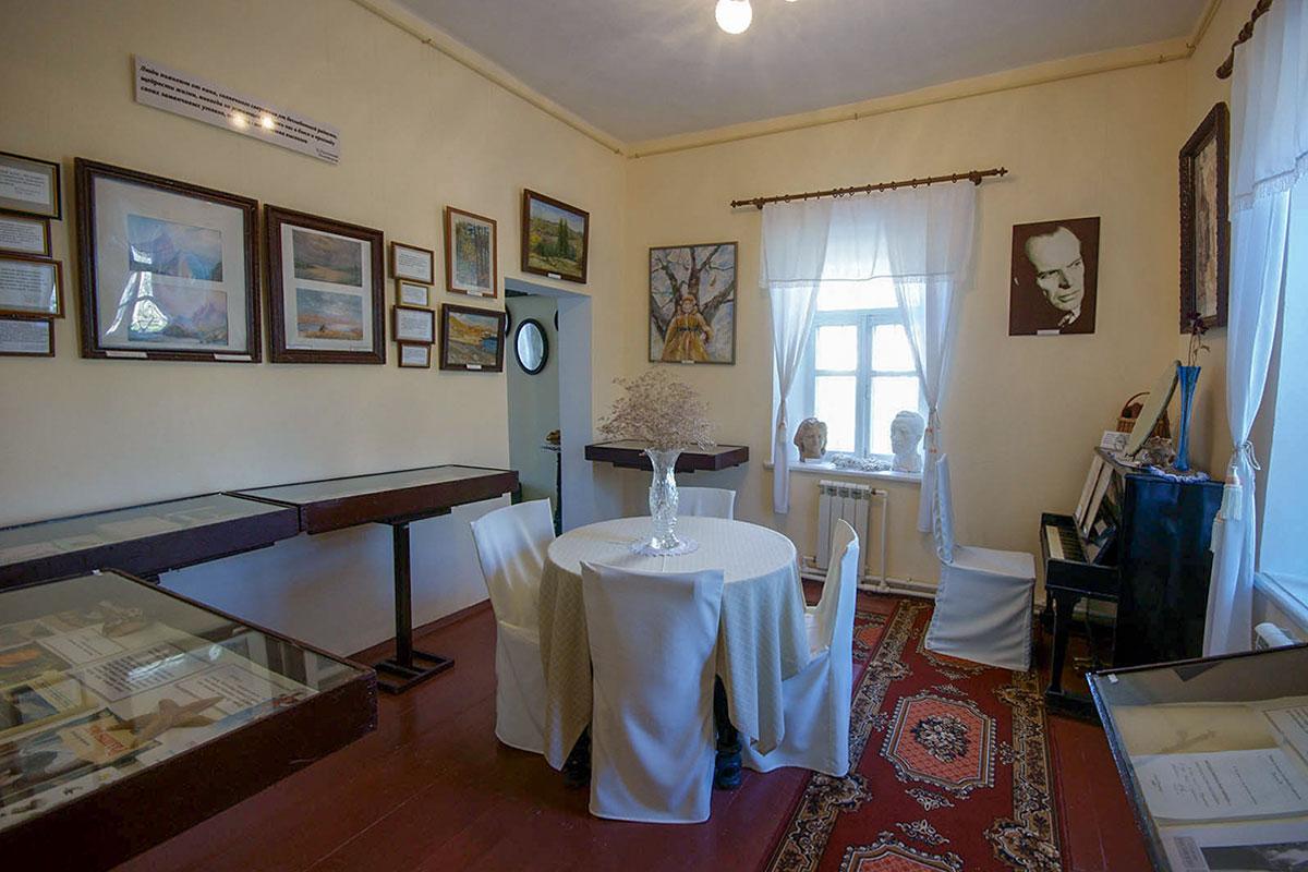 Дом-музей Паустовского в Старом Крыму позволяет по выставленным экспонатам и документам проследить весь жизненный путь известного писателя.