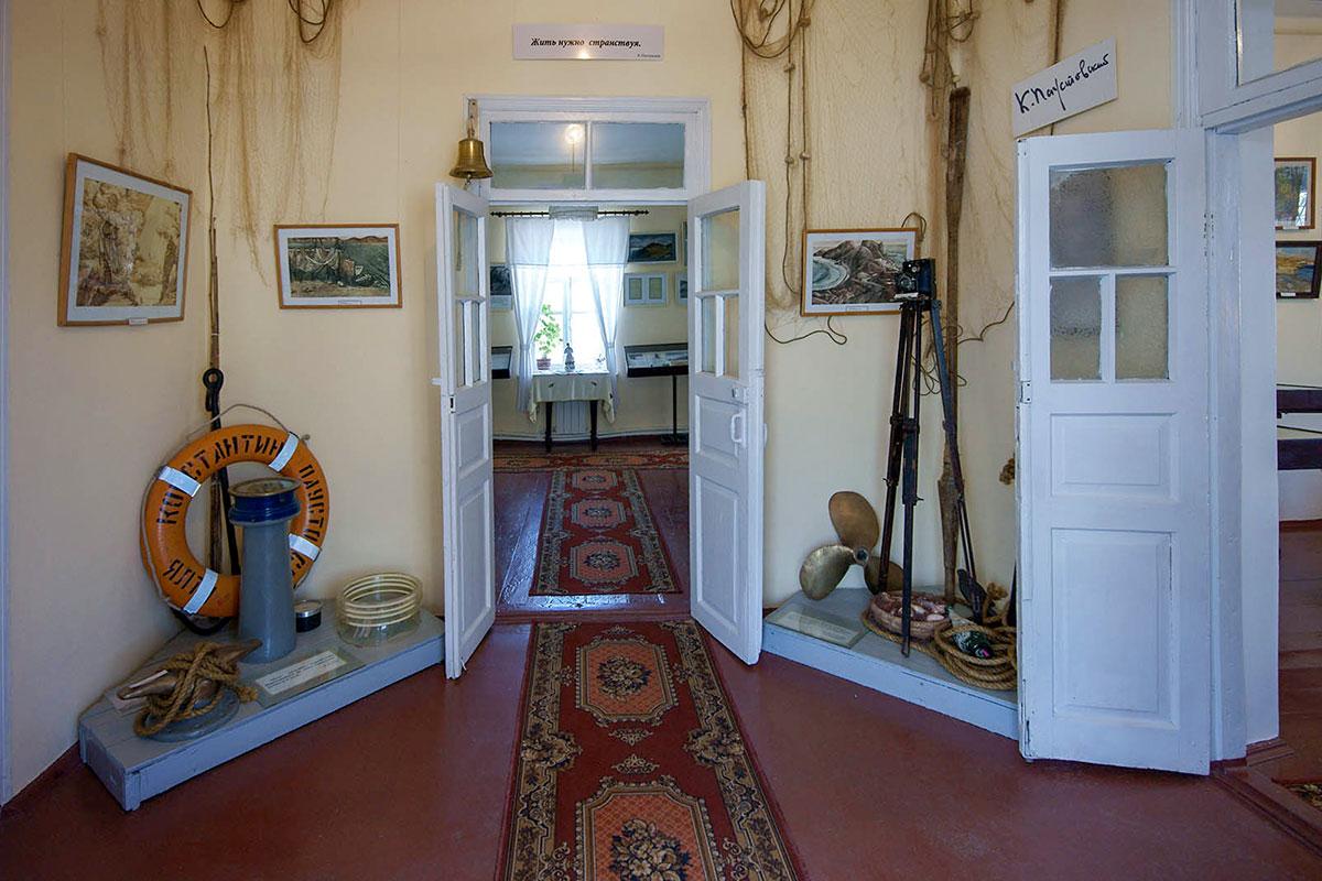 Прихожая Дома-музея Паустовского в Старом Крыму наполнена экспонатами, символизирующими его жизненное кредо с вывешенного над входными дверями плаката.