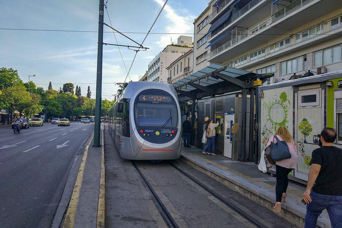 Парламент Афин является своеобразной конечной трамвайного маршрута, оснащенного единственной рельсовой колеей под реверсивные моторные вагоны.