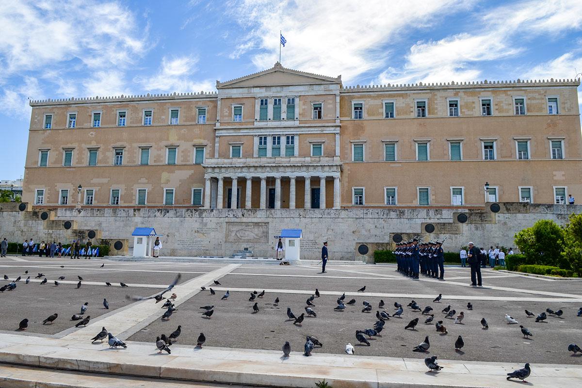 Парламент Афин, бывший королевский дворец, примечателен расположением здесь греческой национальной святыни, Могилы Неизвестного солдата.