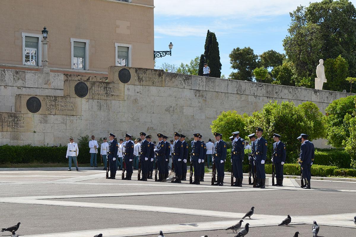 Парламент Афин охраняется подразделением греческой регулярной армии, состоящей из воинов в современной форме, но есть и экзотические караульные.