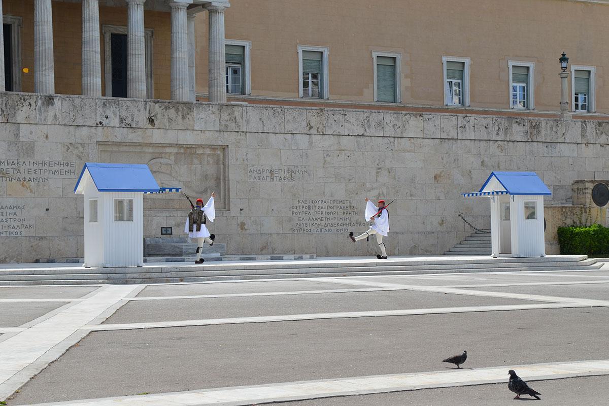 Парадный караул возле Могилы Неизвестного солдата, соседствующей с Парламентом Афин, несут эвзоны президентской гвардии в униформе позапрошлого века.