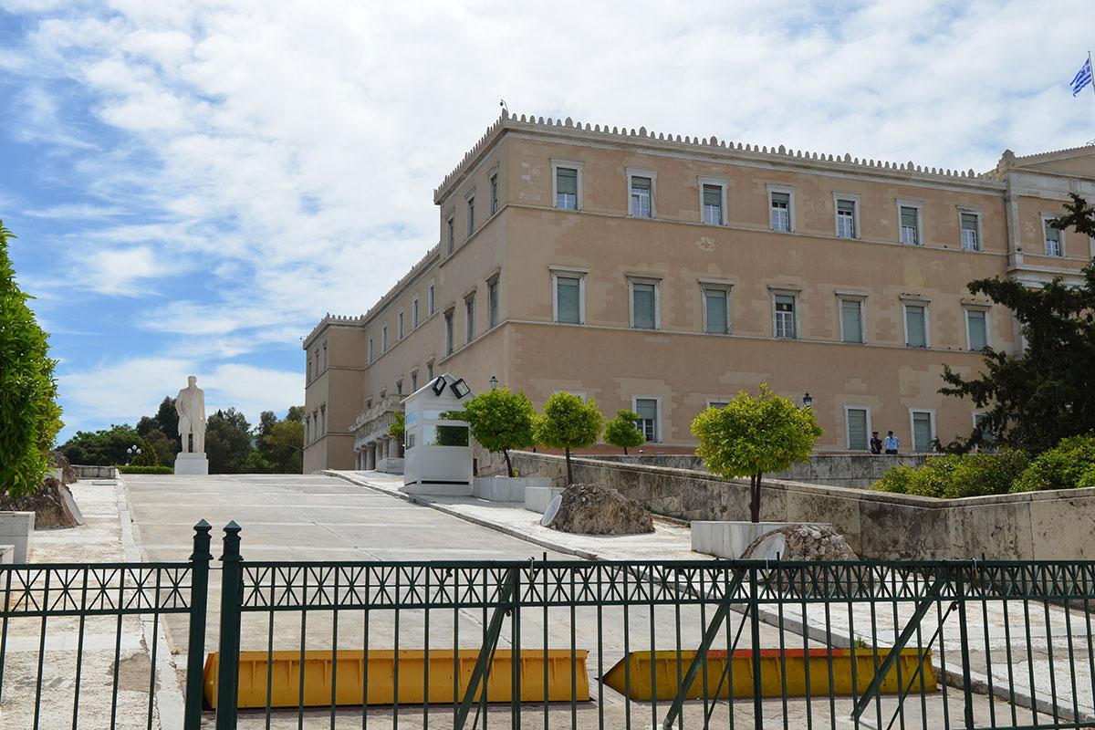 Вблизи южного фасада Парламента Афин установлена мраморная статуя многократного премьер-министра страны 1910-1933 годов Элефтериоса Венизелоса.