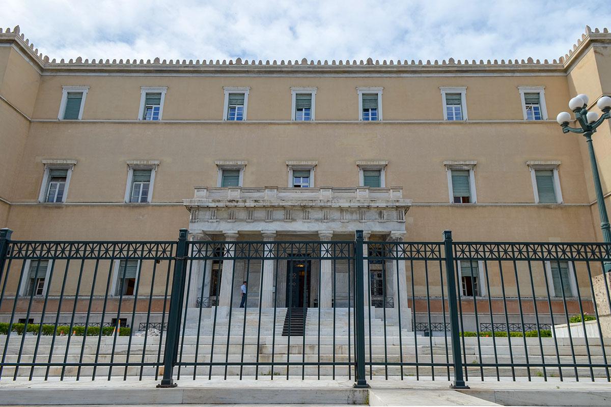 Южный фасад зхдания Парламента Афин используется как служебный вход, его охрана доверена профессиональным полицейским особого подразделения.
