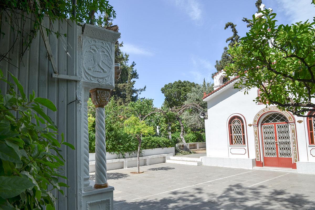 Со стороны Ликея Аристотеля расположены входные ворота церкви святого Николаса, выходящие прямо на западный фасад храма с живописным оформлением.