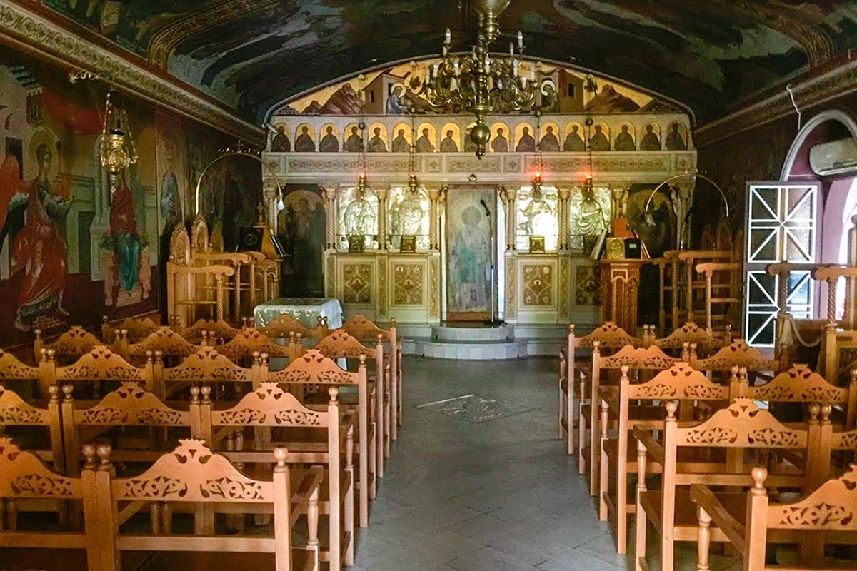 Единственный неф церкви святого Николаса невелик по площади, занятой скамьями для прихожан, имеет высокий иконостас и роспись из крупных фигур.