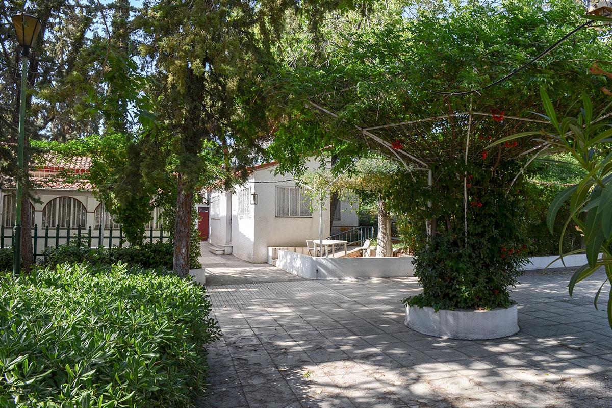Храмовый дворик между церковью святого Николаса и Детским музеем обильно декорирован в садово-парковом стиле, привлекательном для уставших туристов.